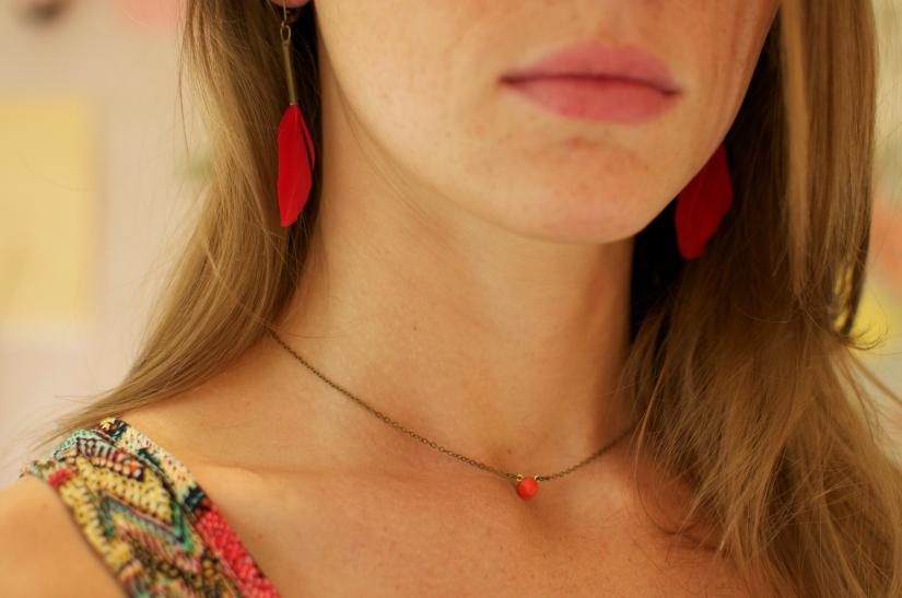 collier clin d'oeil cabochon verre facette rouge corail. Monture laiton