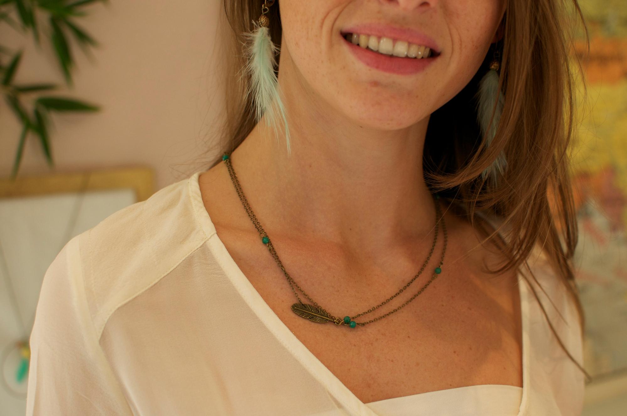 Collier court plume laiton perle vert fin léger