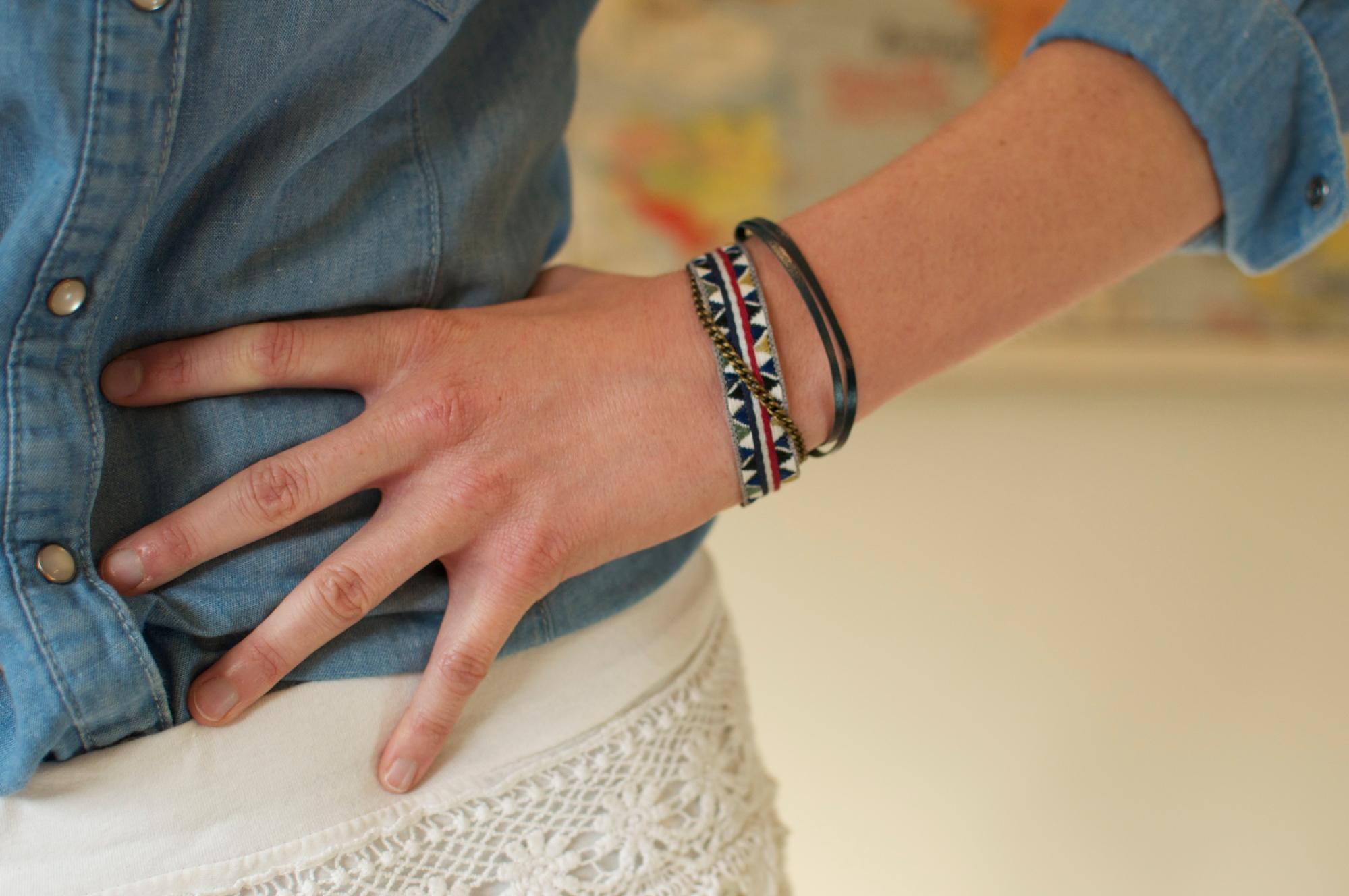 Bracelet ruban brodé, cuir et chaine.