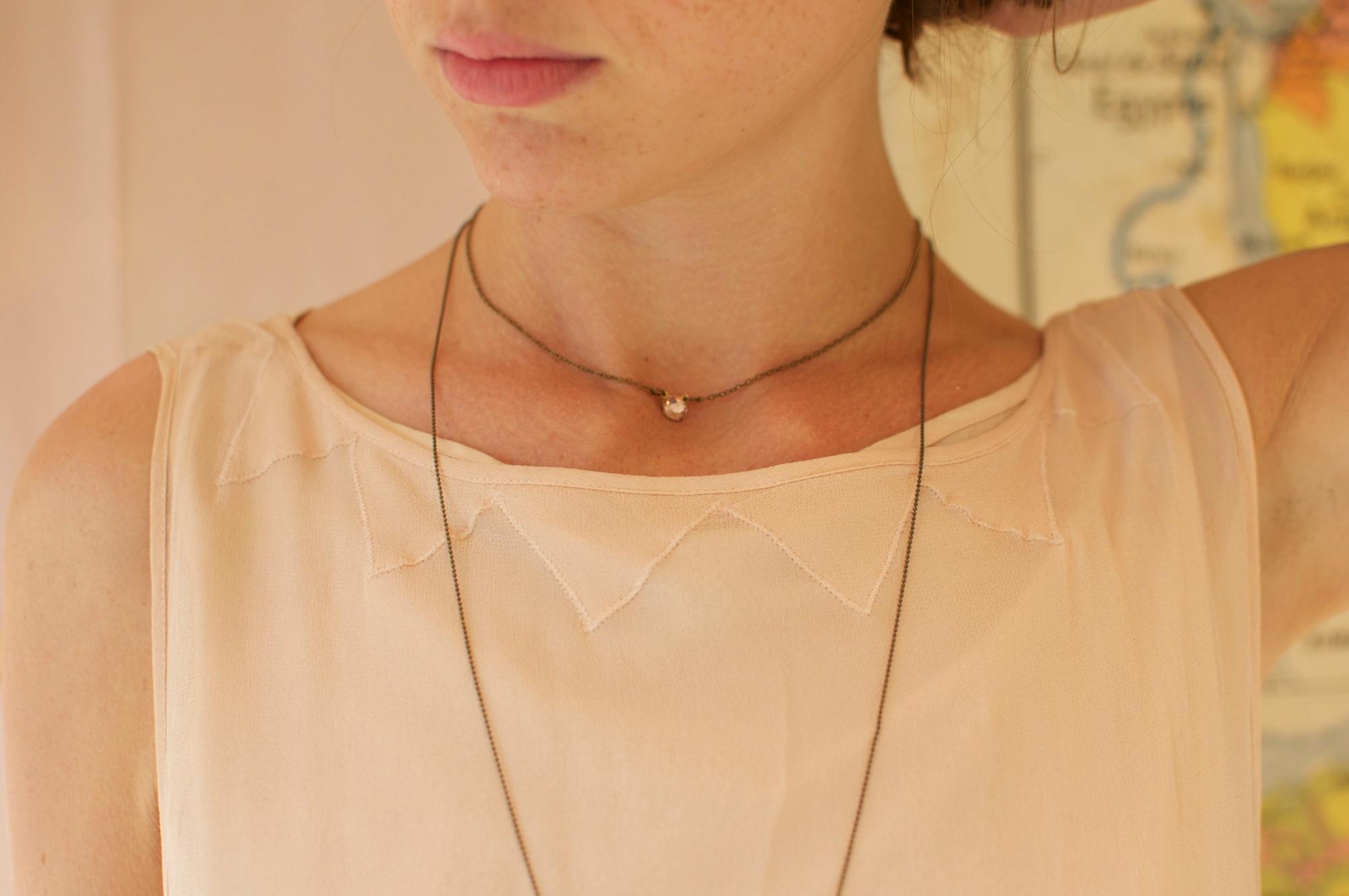 Collier court clin d'oeil cabochon cristal à facette rose chaine et monture laiton  fin léger