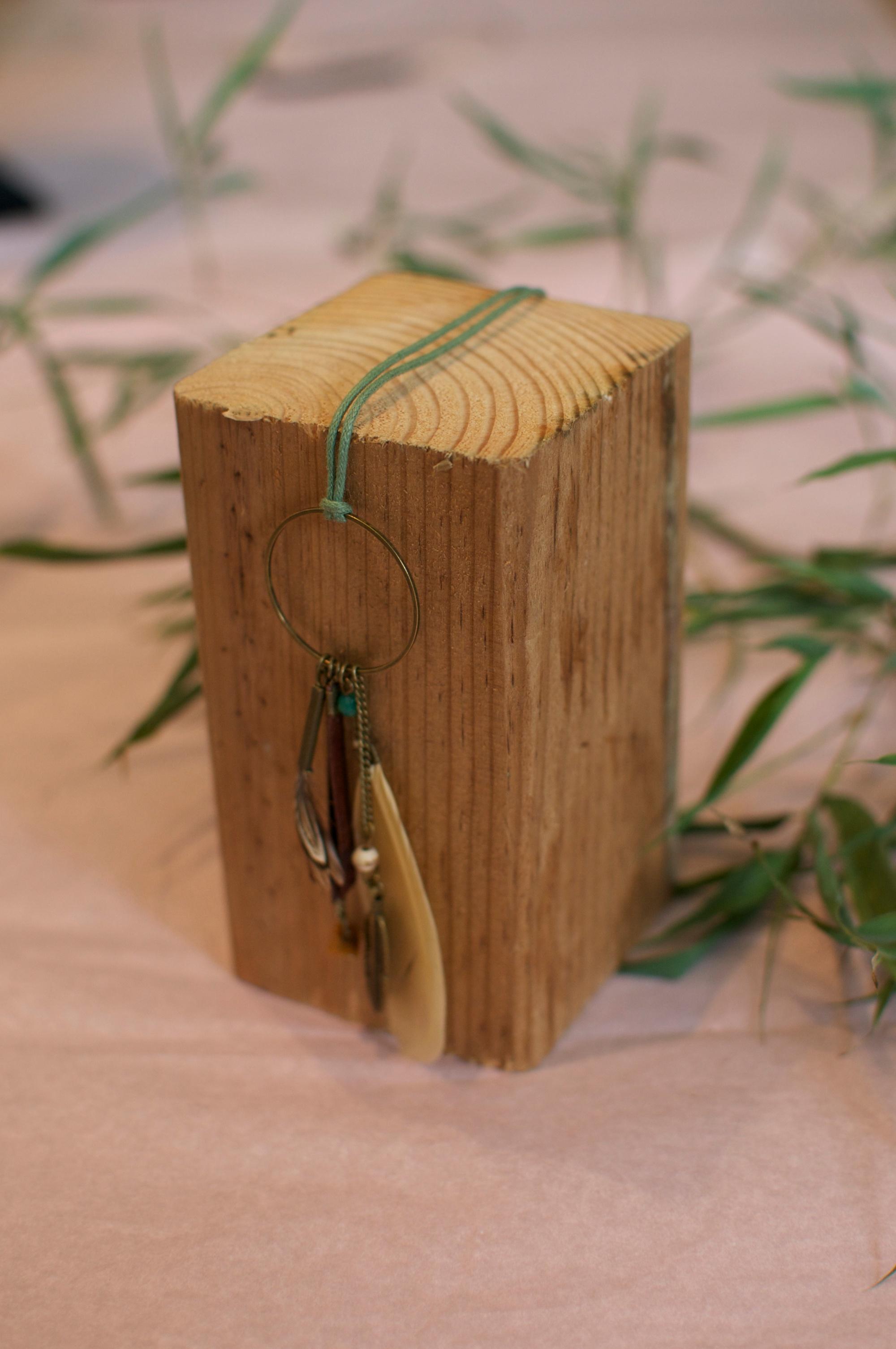collier long attrape cauchemar vert d'eau cordon coton ciré et plumes perles