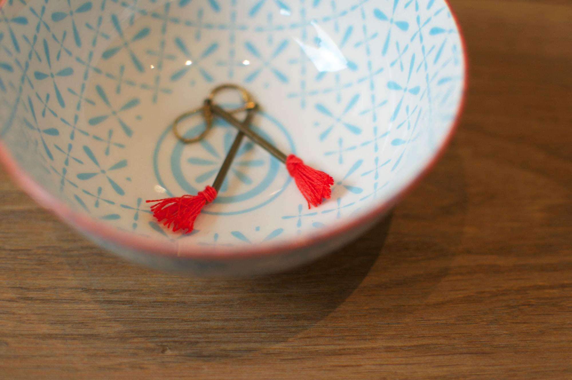 boucles d'oreilles long pompons rouge laiton