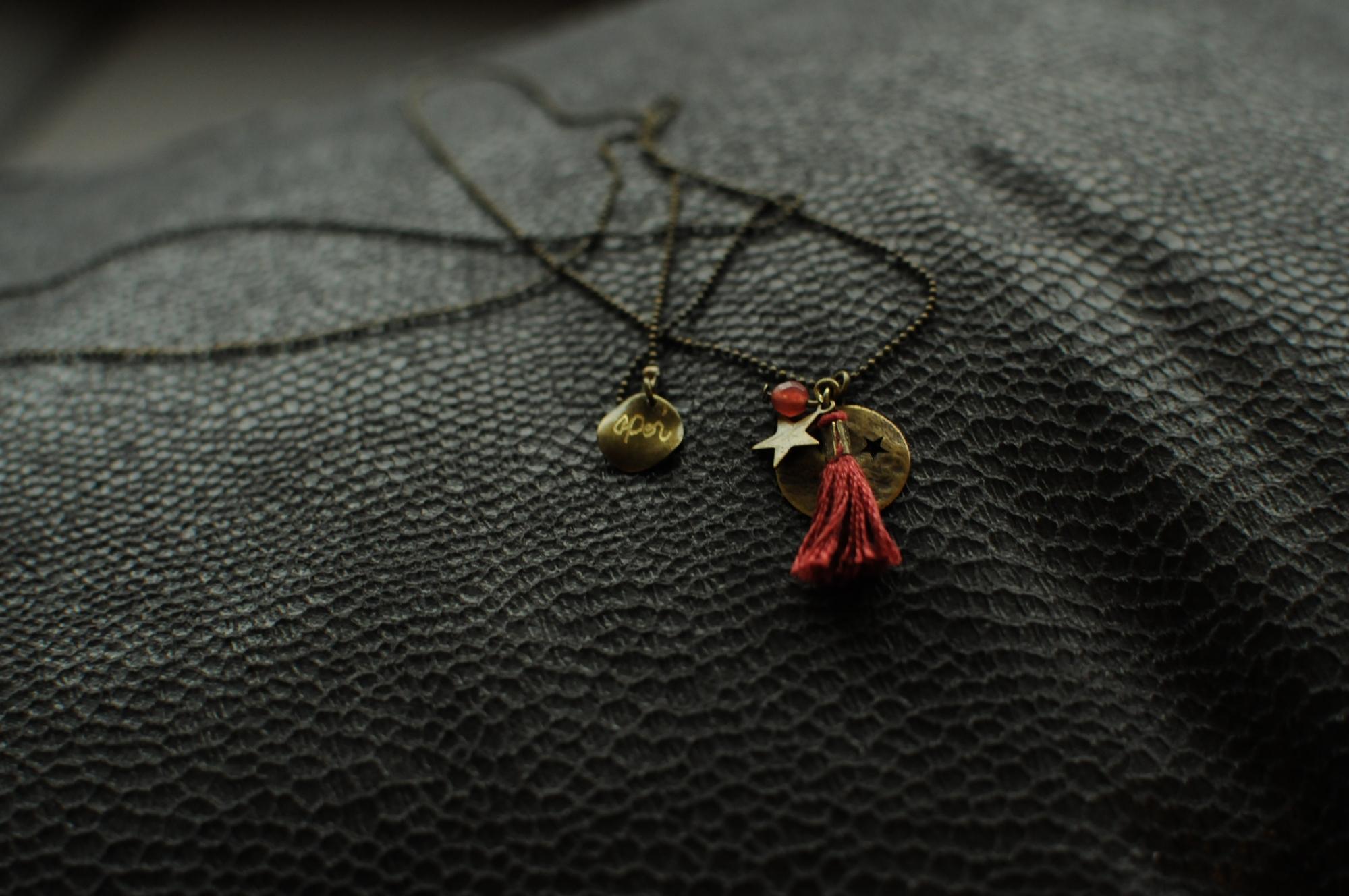 secret de polichinelle collier long étoile perle pompon rouge