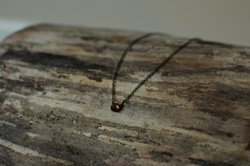 collier court clin d'oeil cabochon cristal facette couleur moutarde fin léger