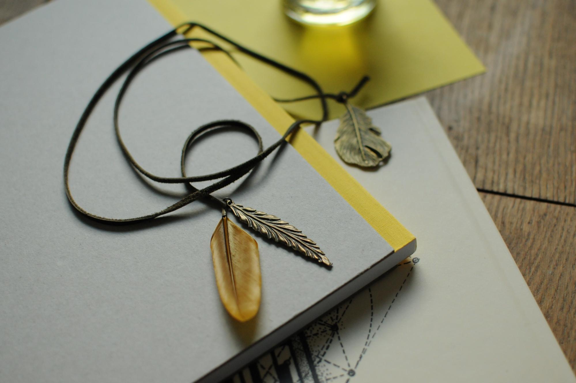 Collier long les apaches cuir et plumes laiton