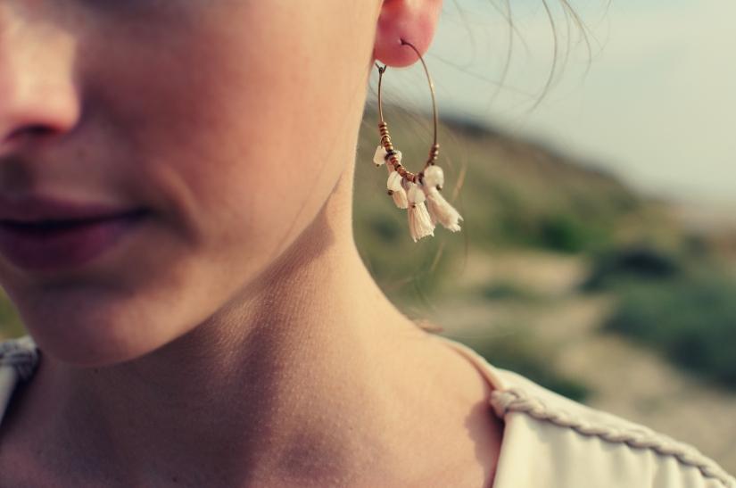 boucles d'oreilles créoles pompon perle blanc laiton