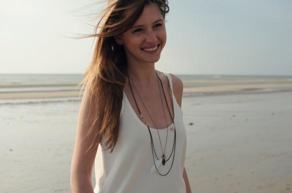 collier long plume blanc pompon perle